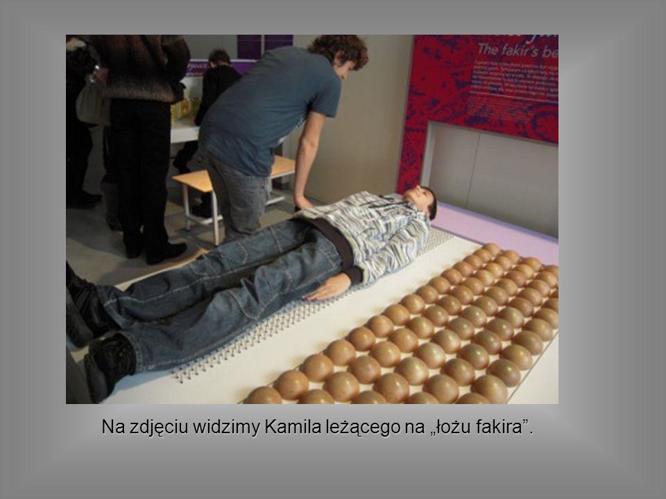 Na zdjęciu widzimy Kamila leżącego na łożu fakira.