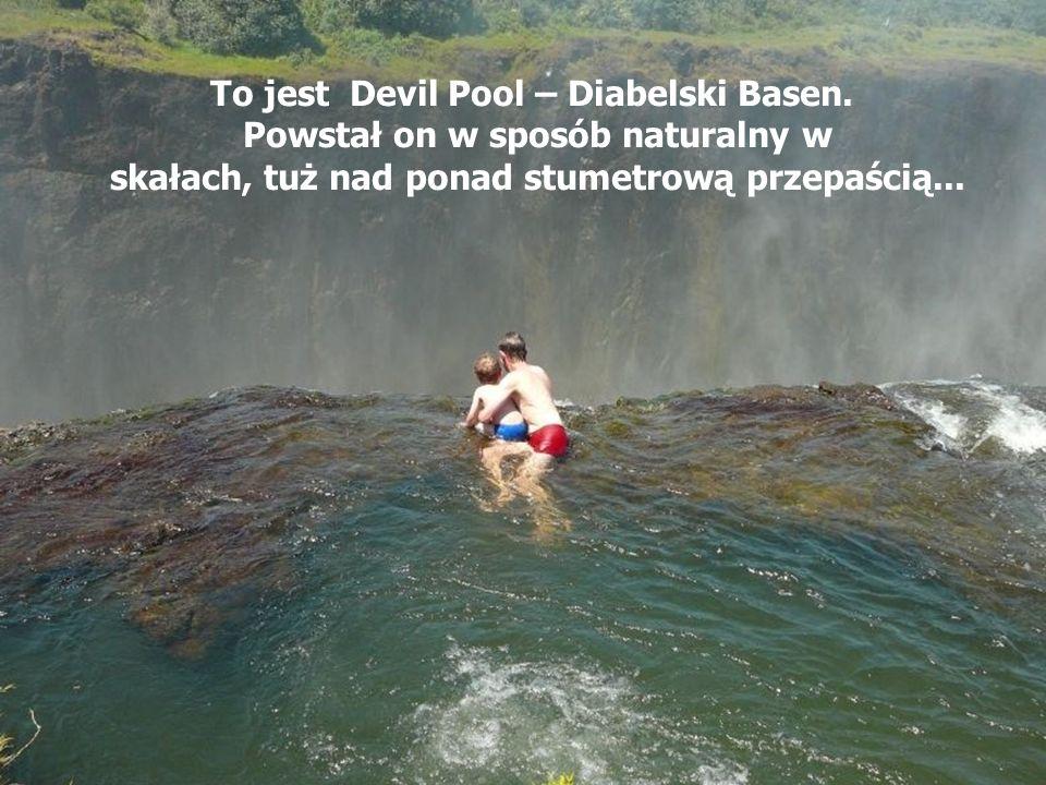 o Dziecko kąpiące się na krawędzi kanionu…