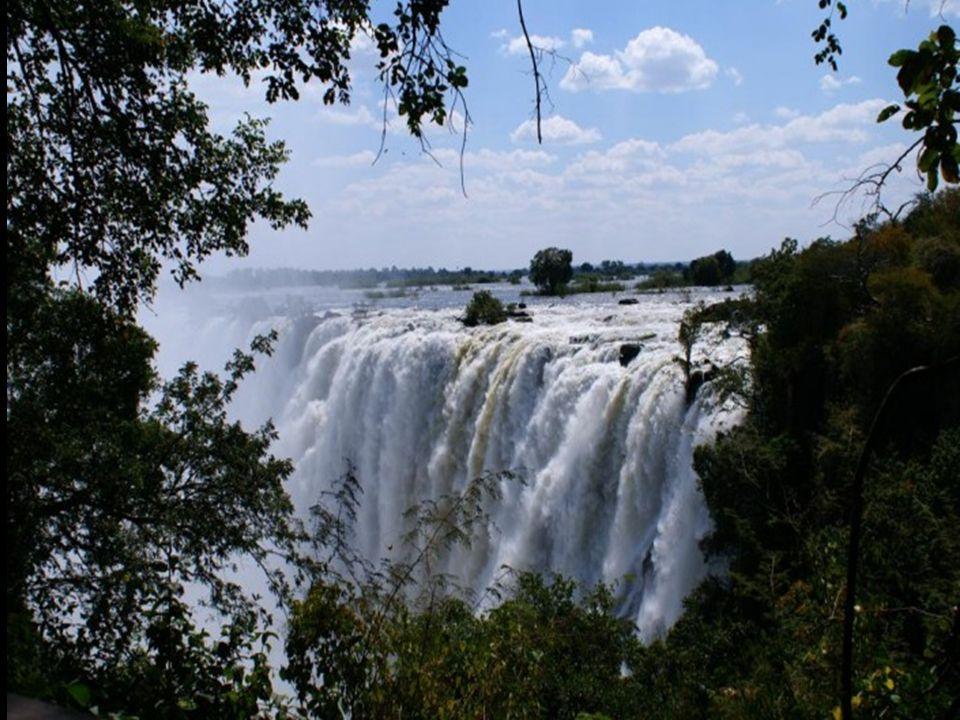 Od września do grudnia, z powodu niskiego stanu wody można bezpiecznie kąpać się na skraju tego wodospadu...