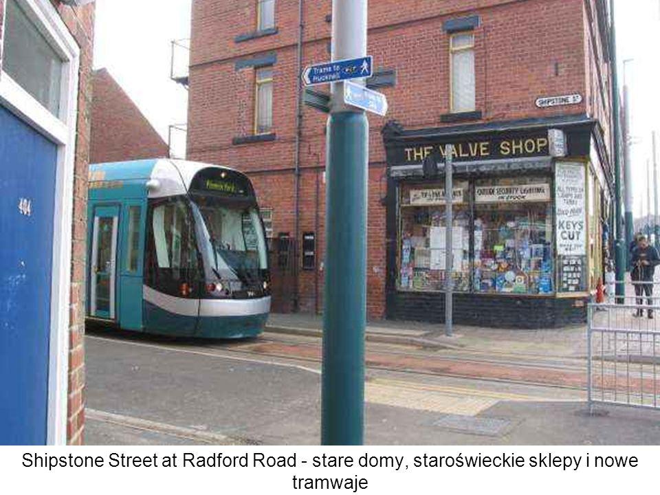 Shipstone Street at Radford Road - stare domy, staroświeckie sklepy i nowe tramwaje