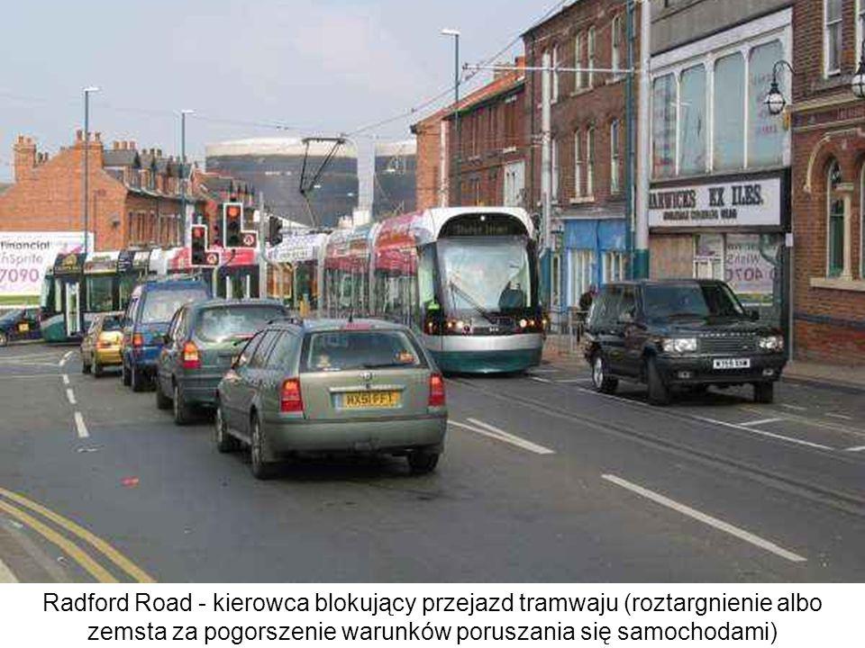 Radford Road - kierowca blokujący przejazd tramwaju (roztargnienie albo zemsta za pogorszenie warunków poruszania się samochodami)