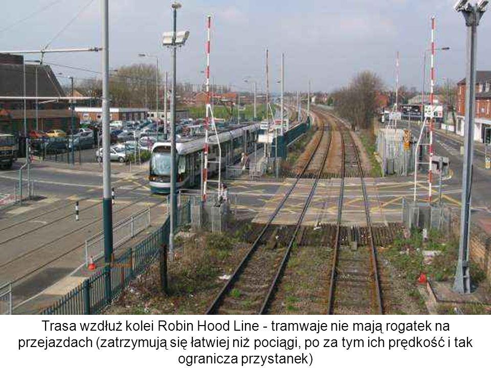 Trasa wzdłuż kolei Robin Hood Line - tramwaje nie mają rogatek na przejazdach (zatrzymują się łatwiej niż pociągi, po za tym ich prędkość i tak ograni