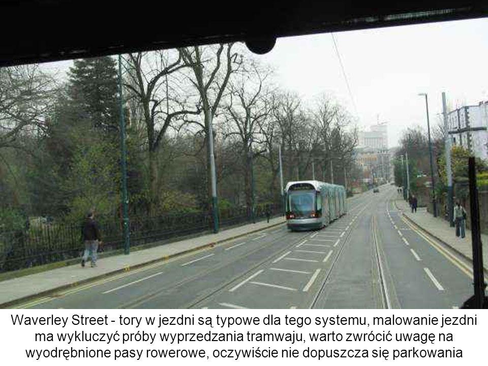 Waverley Street - tory w jezdni są typowe dla tego systemu, malowanie jezdni ma wykluczyć próby wyprzedzania tramwaju, warto zwrócić uwagę na wyodrębn