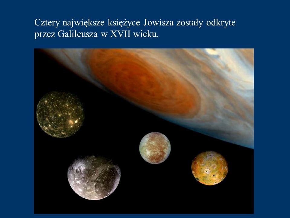 Można tam także zaobser- wować, podobnie jak na Ziemi, zjawisko zorzy polarnej. Wokół Jowisza znajduje się pierścień podobny do tego jaki widać na Sat