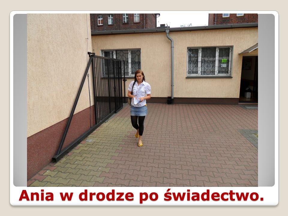 Ania w drodze po świadectwo.