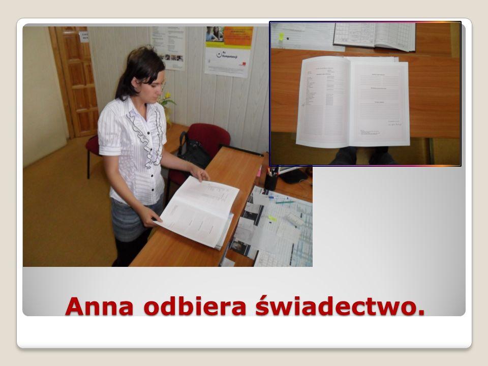 Anna odbiera świadectwo.