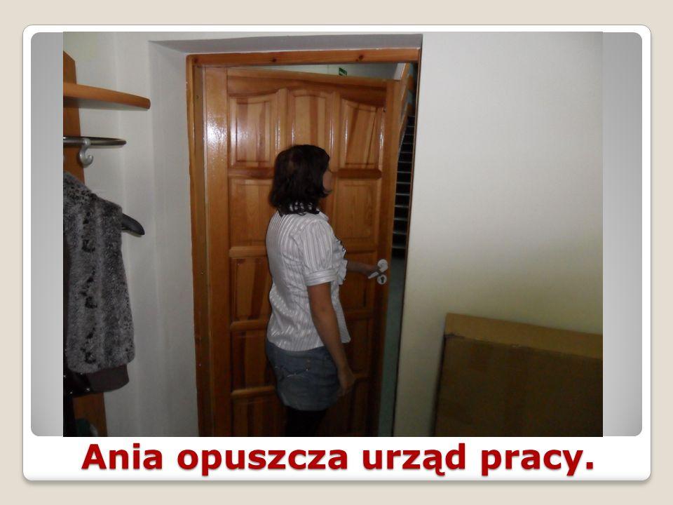 Ania opuszcza urząd pracy.