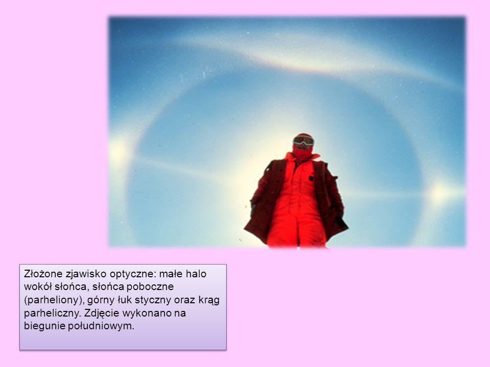 Złożone zjawisko optyczne: małe halo wokół słońca, słońca poboczne (parheliony), górny łuk styczny oraz krąg parheliczny. Zdjęcie wykonano na biegunie