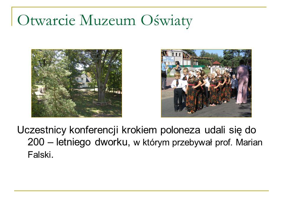 Otwarcie Muzeum Oświaty Uczestnicy konferencji krokiem poloneza udali się do 200 – letniego dworku, w którym przebywał prof.