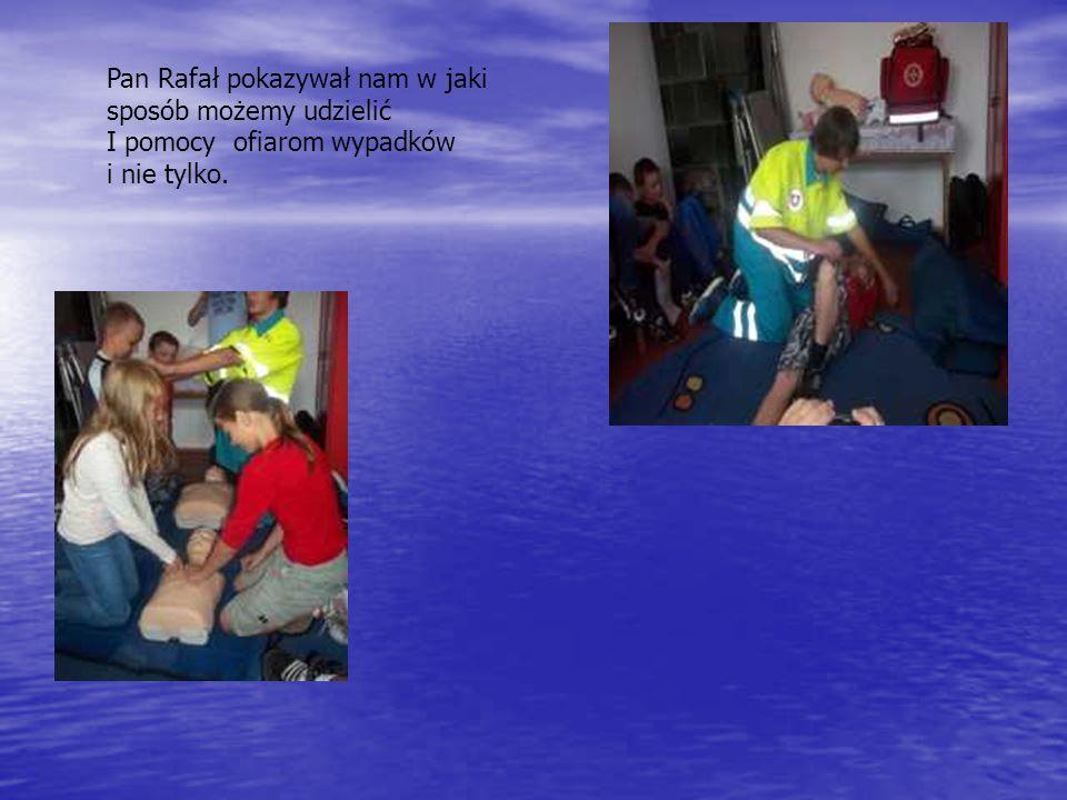 Pan Rafał pokazywał nam w jaki sposób możemy udzielić I pomocy ofiarom wypadków i nie tylko.