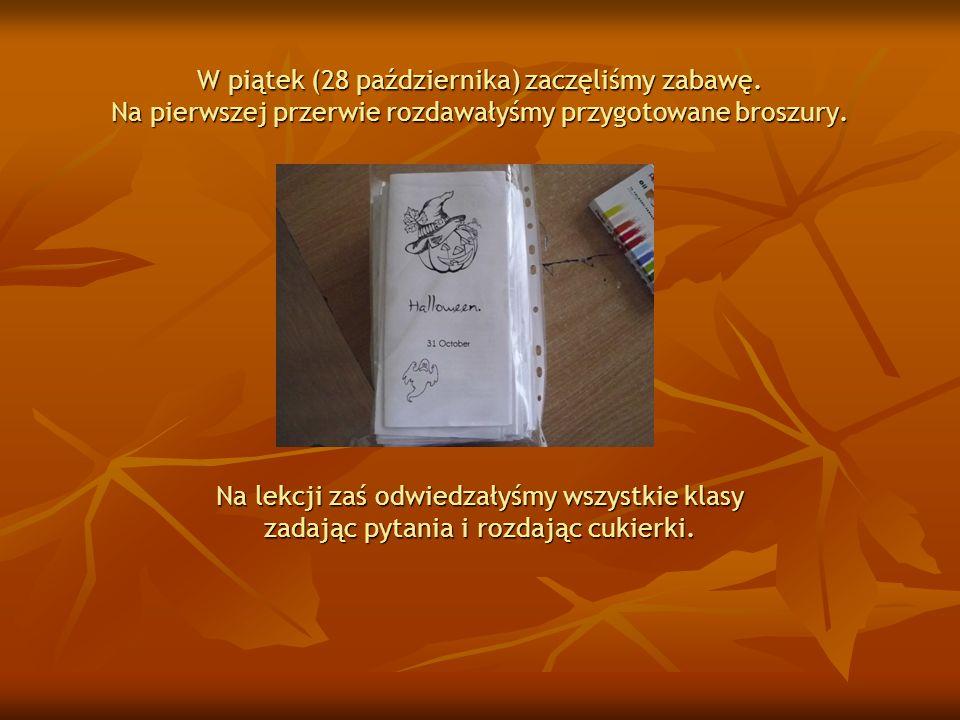 W piątek (28 października) zaczęliśmy zabawę. Na pierwszej przerwie rozdawałyśmy przygotowane broszury. Na lekcji zaś odwiedzałyśmy wszystkie klasy za