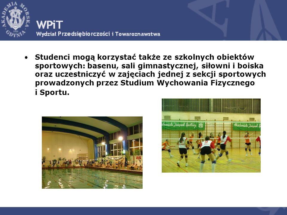 Studenci mogą korzystać także ze szkolnych obiektów sportowych: basenu, sali gimnastycznej, siłowni i boiska oraz uczestniczyć w zajęciach jednej z se