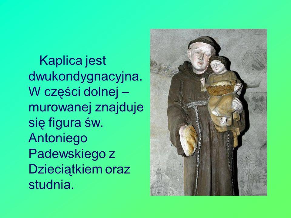 Kaplica jest dwukondygnacyjna. W części dolnej – murowanej znajduje się figura św. Antoniego Padewskiego z Dzieciątkiem oraz studnia.