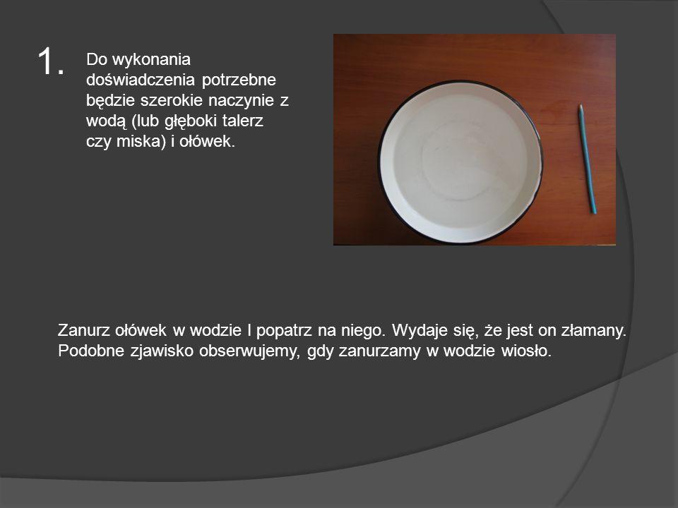 1. Do wykonania doświadczenia potrzebne będzie szerokie naczynie z wodą (lub głęboki talerz czy miska) i ołówek. Zanurz ołówek w wodzie I popatrz na n