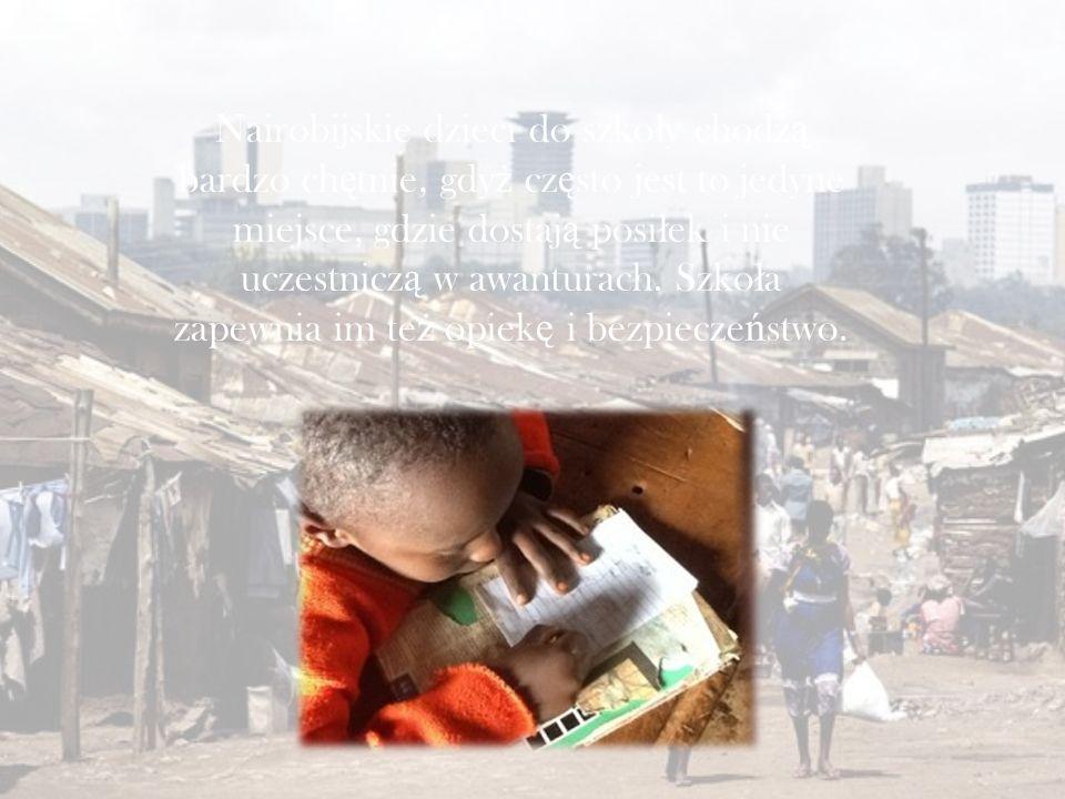 Nairobijskie dzieci do szko ł y chodz ą bardzo ch ę tnie, gdy ż cz ę sto jest to jedyne miejsce, gdzie dostaj ą posi ł ek i nie uczestnicz ą w awanturach.