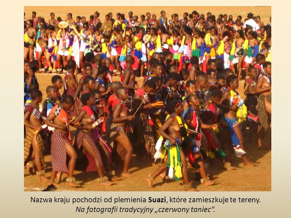 Nazwa kraju pochodzi od plemienia Suazi, które zamieszkuje te tereny. Na fotografii tradycyjny czerwony taniec.