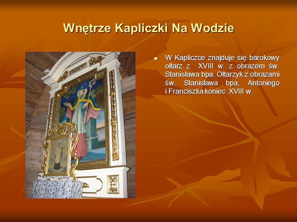 Wnętrze Kapliczki Na Wodzie W Kapliczce znajduje się barokowy ołtarz z XVIII w. z obrazem św. Stanisława bpa. Ołtarzyk z obrazami św. Stanisława bpa,