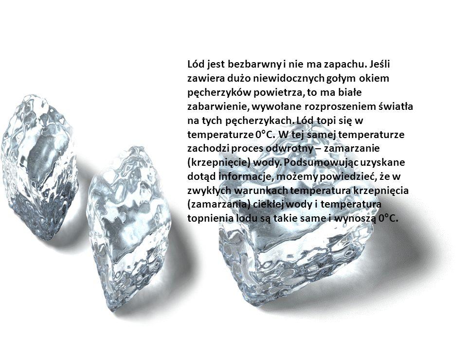 WŁAŚCIWOŚCI WODY fizyczne : -ciecz -bezbarwna -bezwonna -zmienia swoje stany skupienia -jest polarna chemiczne: -reaguje z metalami -jest rozpuszczaln