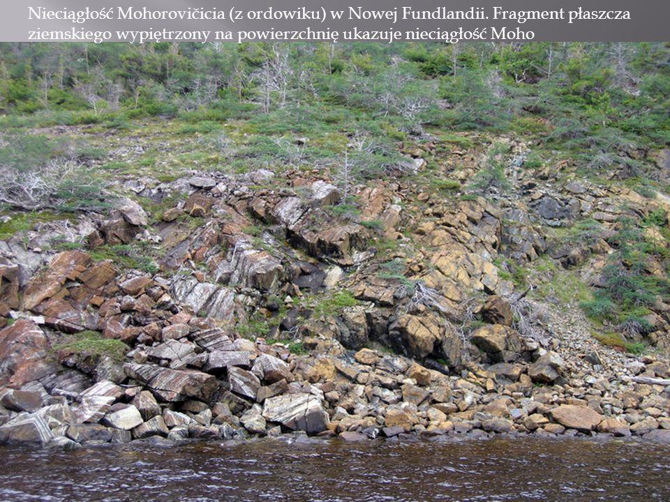 Nieciągłość Mohorovičicia (z ordowiku) w Nowej Fundlandii. Fragment płaszcza ziemskiego wypiętrzony na powierzchnię ukazuje nieciągłość Moho