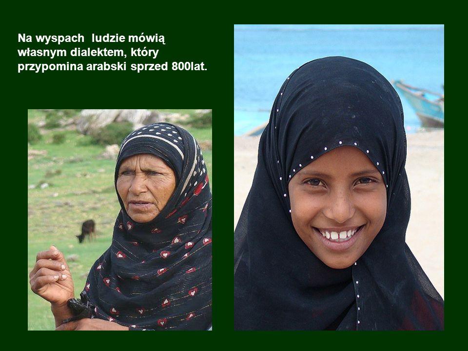 Na wyspach ludzie mówią własnym dialektem, który przypomina arabski sprzed 800lat.