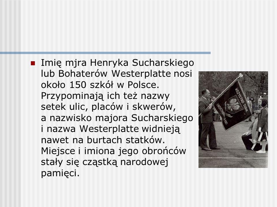 Imię mjra Henryka Sucharskiego lub Bohaterów Westerplatte nosi około 150 szkół w Polsce. Przypominają ich też nazwy setek ulic, placów i skwerów, a na