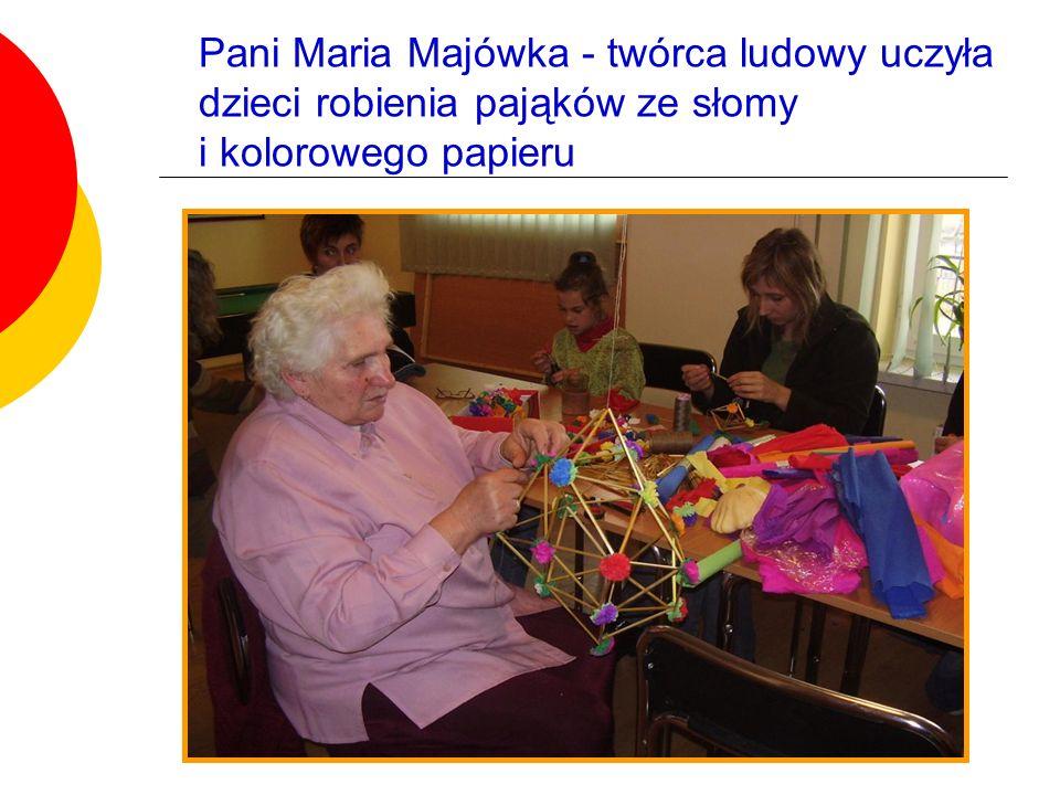 Pani Maria Majówka - twórca ludowy uczyła dzieci robienia pająków ze słomy i kolorowego papieru