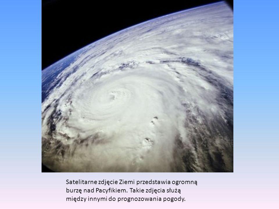 Satelitarne zdjęcie Ziemi przedstawia ogromną burzę nad Pacyfikiem.