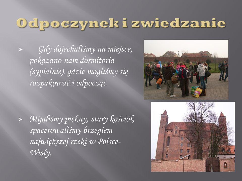 Gdy dojechaliśmy na miejsce, pokazano nam dormitoria (sypialnie), gdzie mogliśmy się rozpakować i odpocząć Mijaliśmy piękny, stary kościół, spacerowaliśmy brzegiem największej rzeki w Polsce- Wisły.