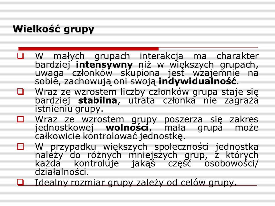 Wielkość grupy W małych grupach interakcja ma charakter bardziej intensywny niż w większych grupach, uwaga członków skupiona jest wzajemnie na sobie, zachowują oni swoją indywidualność.