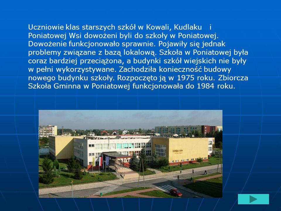 Uczniowie klas starszych szkół w Kowali, Kudlaku i Poniatowej Wsi dowożeni byli do szkoły w Poniatowej.