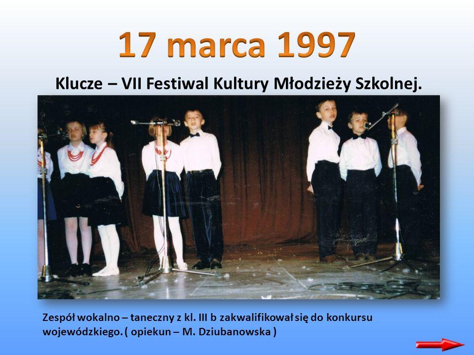 Nasz zespół teatralny z klasy 7 d z Arturem Gotzem na czele zaszczyciła z wizytą Telewizja Katowice. Nagrany materiał mogliśmy obejrzeć 24.02.1997 rok