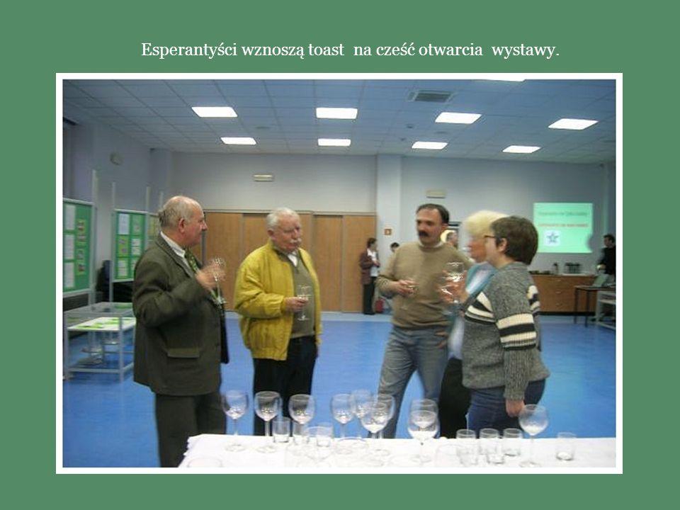 Esperantyści wznoszą toast na cześć otwarcia wystawy.