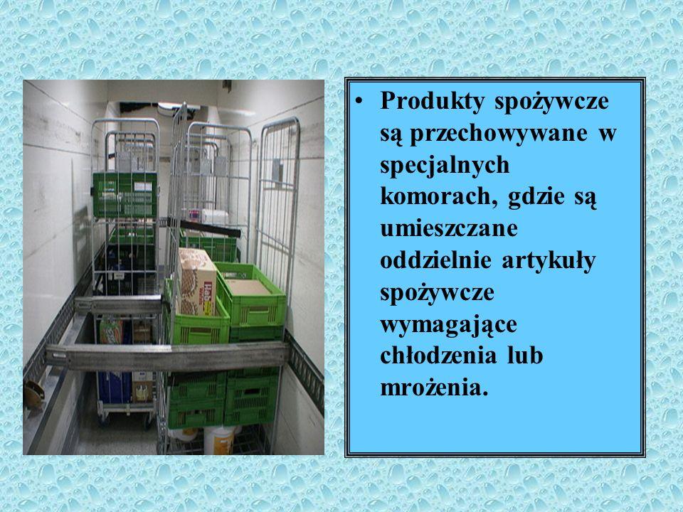 Produkty spożywcze są przechowywane w specjalnych komorach, gdzie są umieszczane oddzielnie artykuły spożywcze wymagające chłodzenia lub mrożenia.