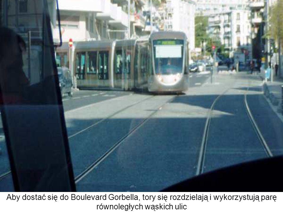 Aby dostać się do Boulevard Gorbella, tory się rozdzielają i wykorzystują parę równoległych wąskich ulic