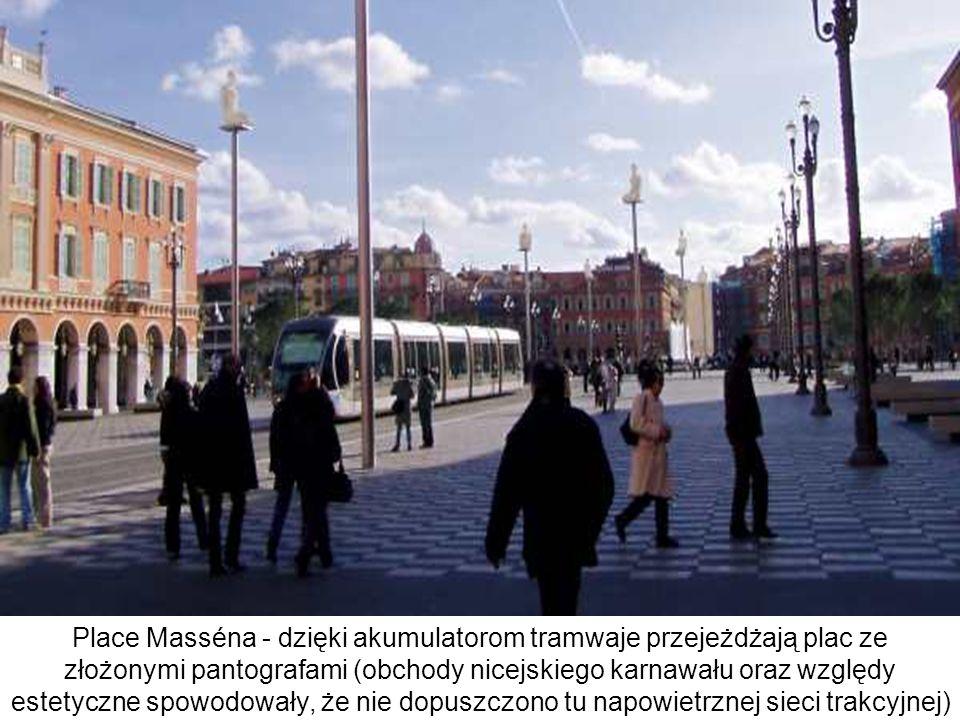 Place Masséna - dzięki akumulatorom tramwaje przejeżdżają plac ze złożonymi pantografami (obchody nicejskiego karnawału oraz względy estetyczne spowod
