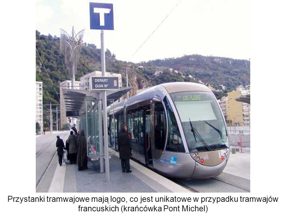 Przystanki tramwajowe mają logo, co jest unikatowe w przypadku tramwajów francuskich (krańcówka Pont Michel)