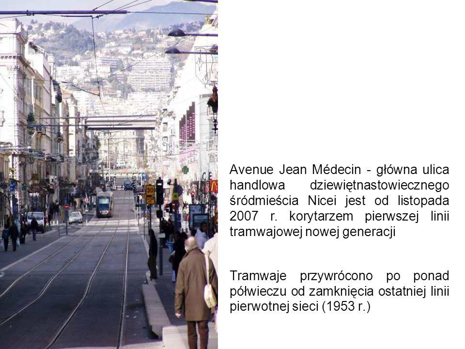 Między przystankami poziom torowiska jest nieco wyższy niż chodników (w głębi Place Garibaldi, na którym również nie ma sieci trakcyjnej)