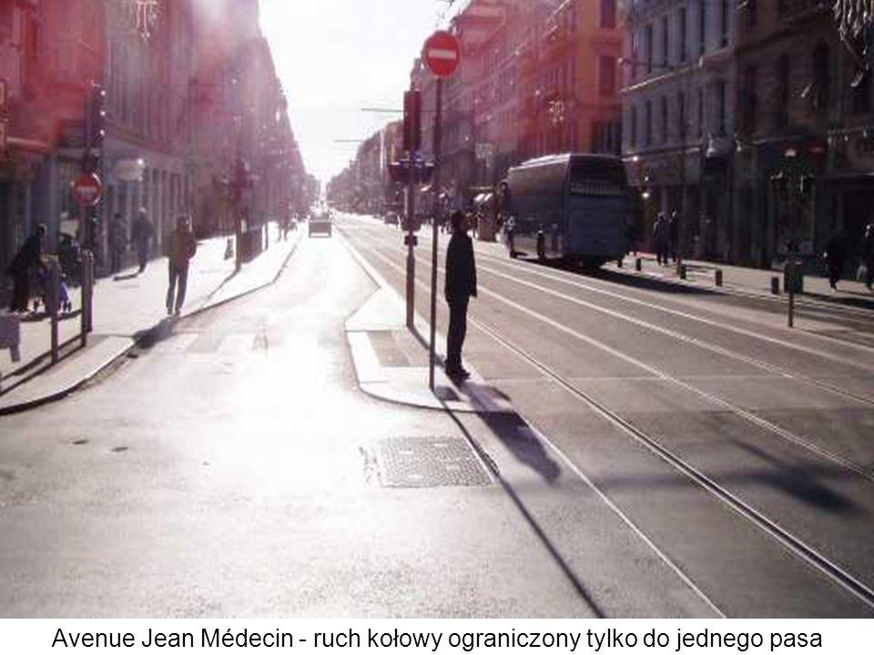 Jezdnie wielu ulic poprzecznych zostały przerwane, aby zmniejszyć kolizje z pieszymi i tramwajami