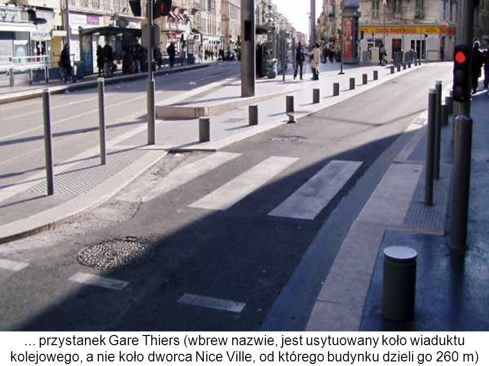 ... przystanek Gare Thiers (wbrew nazwie, jest usytuowany koło wiaduktu kolejowego, a nie koło dworca Nice Ville, od którego budynku dzieli go 260 m)