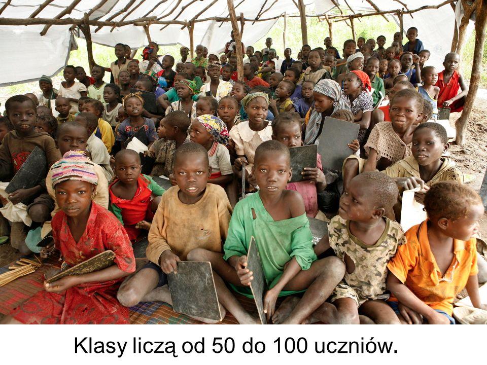 Klasy liczą od 50 do 100 uczniów.