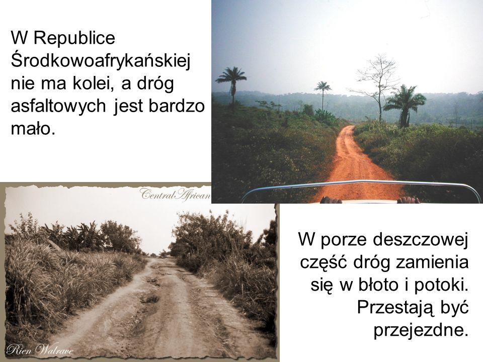 W Republice Środkowoafrykańskiej nie ma kolei, a dróg asfaltowych jest bardzo mało. W porze deszczowej część dróg zamienia się w błoto i potoki. Przes