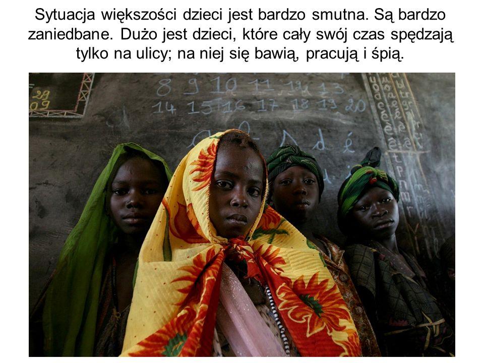 Sytuacja większości dzieci jest bardzo smutna. Są bardzo zaniedbane. Dużo jest dzieci, które cały swój czas spędzają tylko na ulicy; na niej się bawią