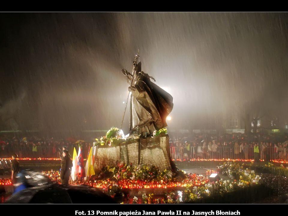 Fot. 13 Pomnik papieża Jana Pawła II na Jasnych Błoniach