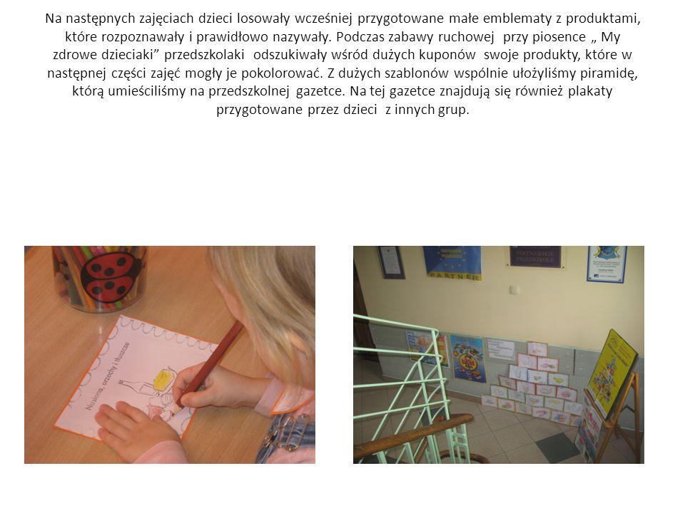 Na następnych zajęciach dzieci losowały wcześniej przygotowane małe emblematy z produktami, które rozpoznawały i prawidłowo nazywały.