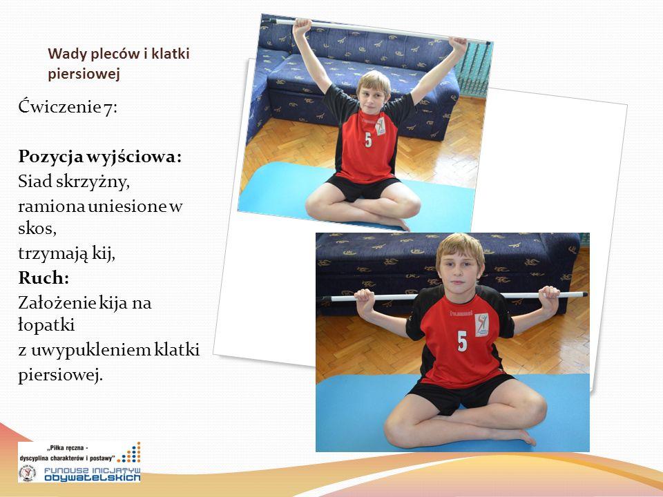 Wady pleców i klatki piersiowej Ćwiczenie 7: Pozycja wyjściowa: Siad skrzyżny, ramiona uniesione w skos, trzymają kij, Ruch: Założenie kija na łopatki z uwypukleniem klatki piersiowej.