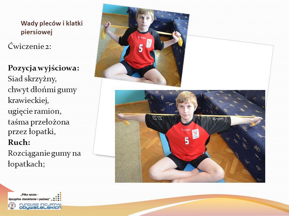 Wady pleców i klatki piersiowej Ćwiczenie 2: Pozycja wyjściowa: Siad skrzyżny, chwyt dłońmi gumy krawieckiej, ugięcie ramion, taśma przełożona przez łopatki, Ruch: Rozciąganie gumy na łopatkach;