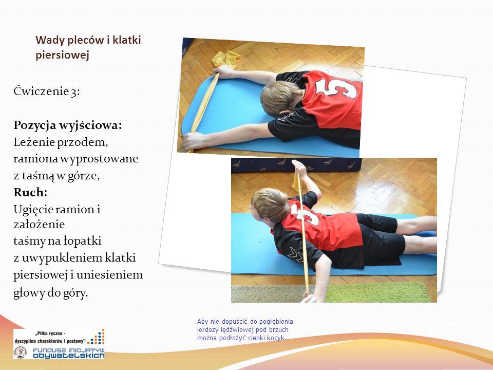 Wady pleców i klatki piersiowej Ćwiczenie 3: Pozycja wyjściowa: Leżenie przodem, ramiona wyprostowane z taśmą w górze, Ruch: Ugięcie ramion i założenie taśmy na łopatki z uwypukleniem klatki piersiowej i uniesieniem głowy do góry.