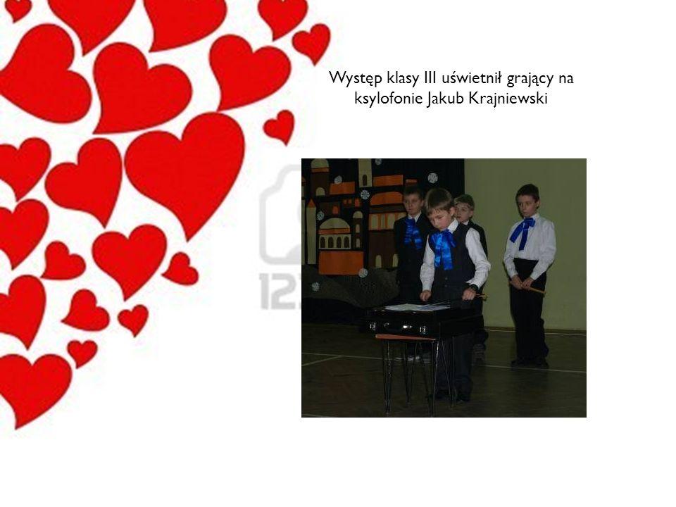 Występ klasy III uświetnił grający na ksylofonie Jakub Krajniewski