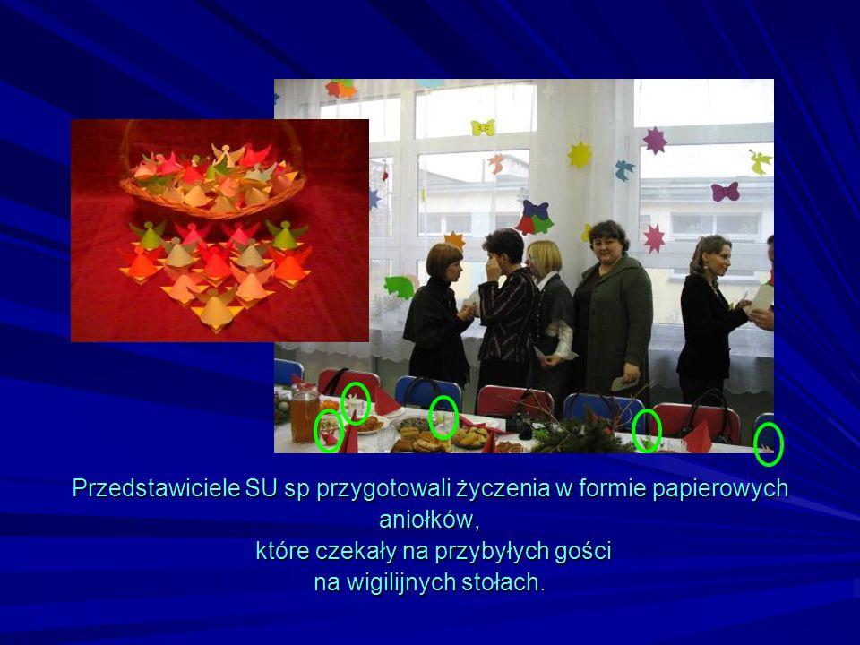 Przedstawiciele SU sp przygotowali życzenia w formie papierowych aniołków, które czekały na przybyłych gości na wigilijnych stołach.