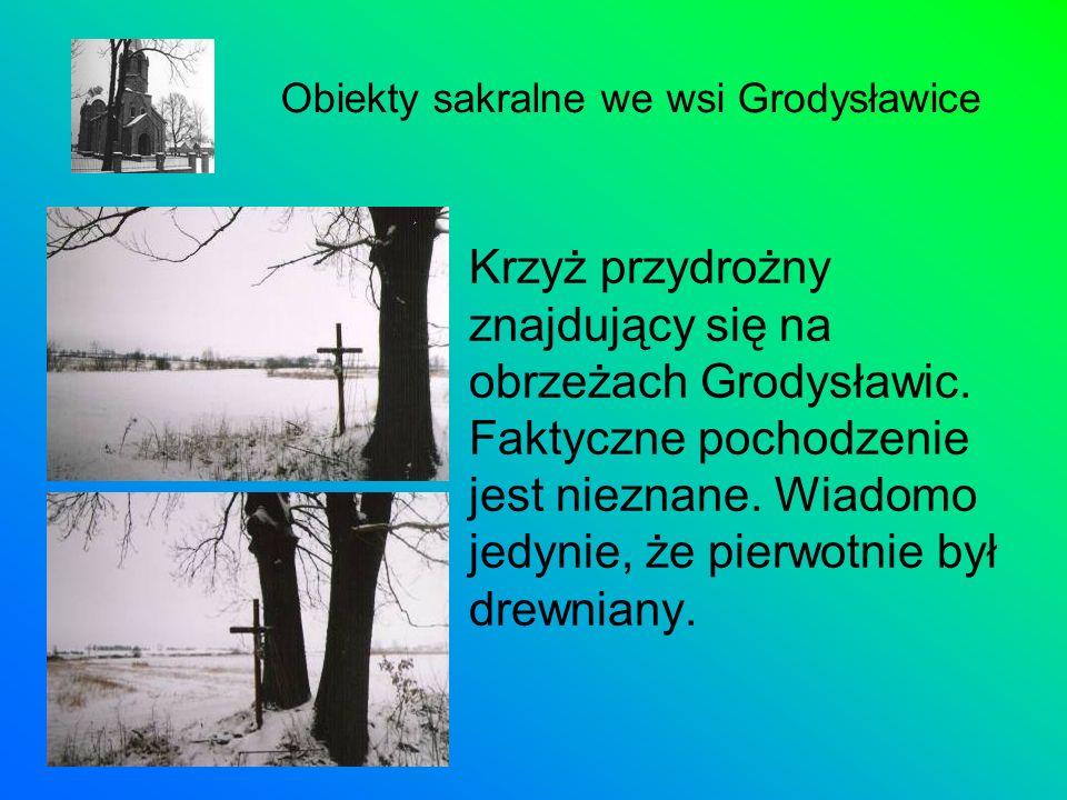 Krzyż przydrożny znajdujący się na obrzeżach Grodysławic. Faktyczne pochodzenie jest nieznane. Wiadomo jedynie, że pierwotnie był drewniany. Obiekty s